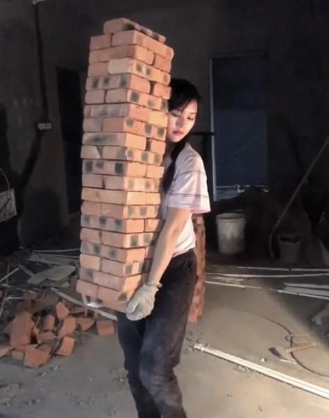 امرأة فاتنة تعمل في البناء تثير الجدل ومُبررها منطقي