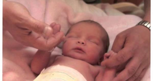 الإمارات: المؤبد لأم قتلت ابنتها الرضيعة ضربًا وخنقًا