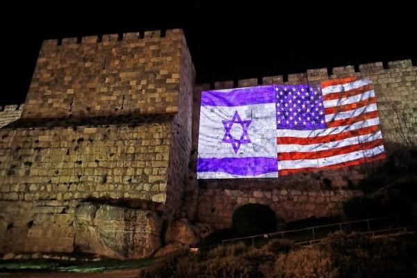 """بلدية القدس تضيء جدران البلدة القديمة بأعلام """"إسرائيل"""" وأمريكا"""