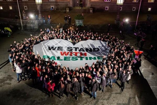 فيديو: دبكة جماعية ضد الاحتلال في ساحة كوبنهاجن