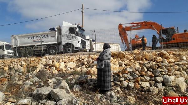 بالصور: الحاج الديك وزوجته يواجهون جرافات الاحتلال وحدهم ويناشدون لمساندتهم