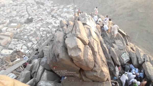 فيديو: مجموعات تنظم طقوس غريبة في جبل غار حراء بمكة