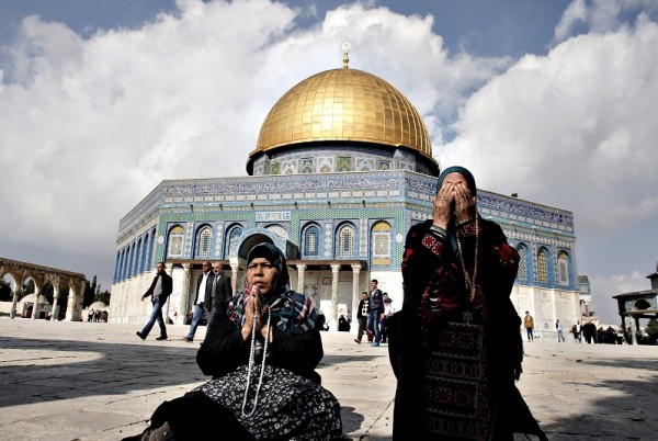 الاحتلال يبعد مسنة عن المسجد الأقصى بعد رفعها العلم الفلسطيني