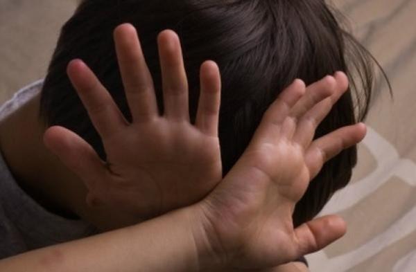 أم تبيع ابنها ذي الـ 9 أعوام للاغتصاب الجماعي