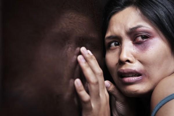 البحرين: حاولت استدراجه لعلاقة جنسية.. شاب يقتل فتاة ويفقأ عينها