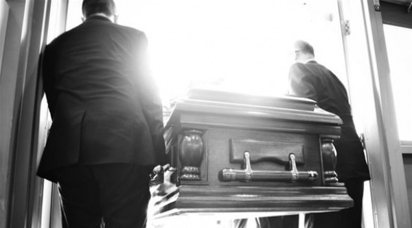 أنجبت طفلاً بعد 10 أيام من دفنها