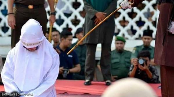 إندونيسيا جلد عروسين بسبب ما فعلاه قبل الزواج