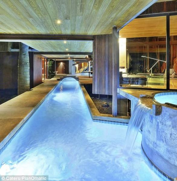 منزل فريد جداً سكان منزل يتنقلون داخله في حمامات السباحة