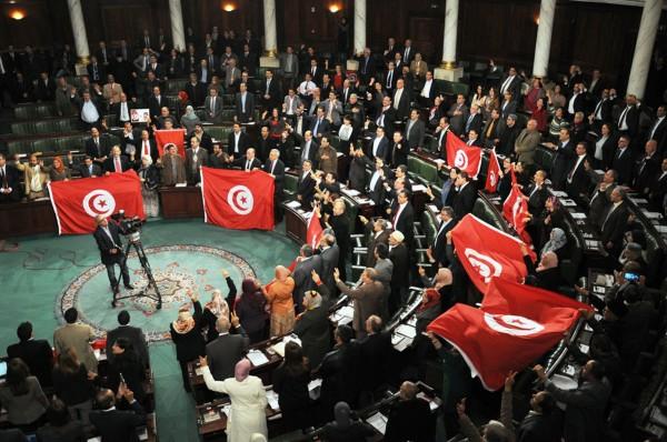 فيديو: بسبب التطبيع.. نائب تونسي يمزق علم إسرائيل