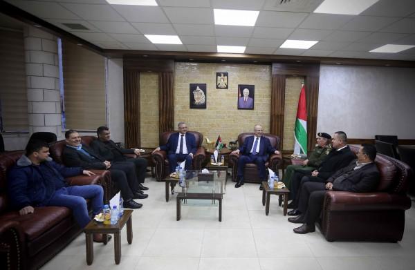 محافظ طولكرم عصام أبو بكر يستقبل رئيس الوزراء رامي الحمد الله