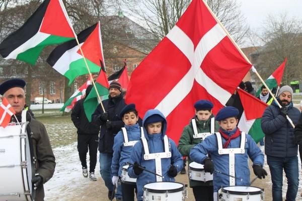 فيديو وصور: مسيرة كشفية تجوب شوارع الدنمارك تنديدًا بقرار ترامب