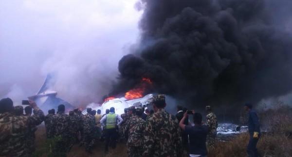 فيديو وصور: 50 قتيلًا بتحطم طائرة ركاب بنغلادشية