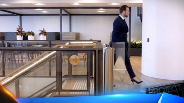 فيديو: رجل اعمال ناجح لا يعمل إلا بالكعب العالي.. والسبب
