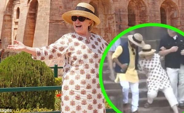فيديو وصور: عدسات الصحفيين تلتقط هيلاري كلينتون وهي تنزلق