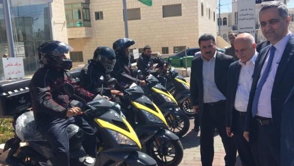 وزير الاتصالات يُسلّم البريد مجموعة من الدراجات النارية