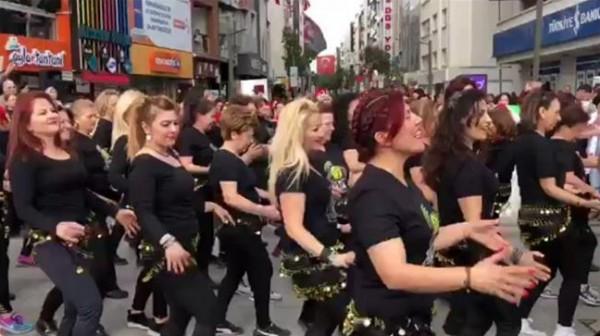 فيديو: تركيات يرقصن على أغنية بشرة خير في شوارع أزمير