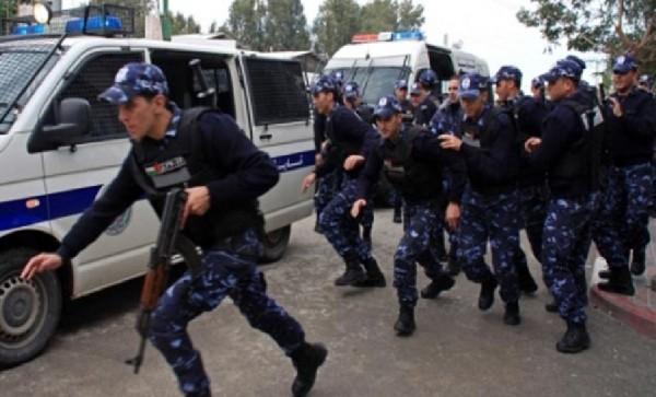 الشرطة تقبض على ثلاثة أشخاص يشتبه بإطلاقهم النار والسرقة بنابلس