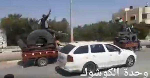 """شاهد: وحدة """"الكوشوك"""" تنقل إطارات السيارات إلى شرق قطاع غزة"""