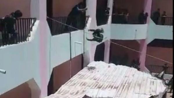 فيديو مروع: مدير مدرسة يمنية يرمي الطلاب من الدور الثاني
