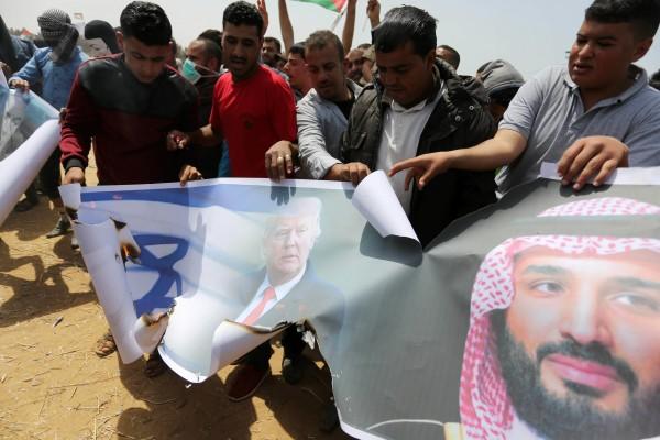صور: فلسطينيون يحرقون صورة (محمد بن سلمان) شرقي قطاع غزة
