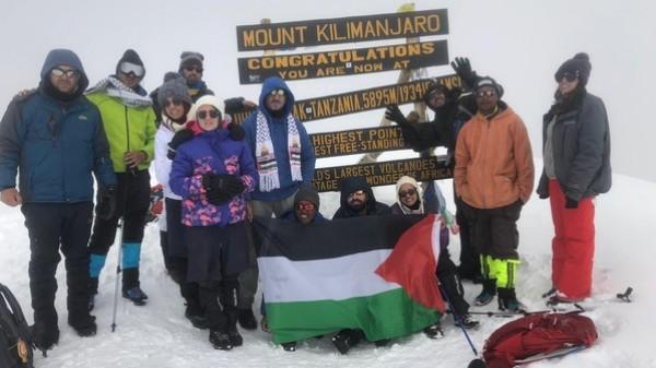 صور: مجموعة شبابية ترفع العلم الفلسطيني على أعلى قمة جبلية بأفريقيا
