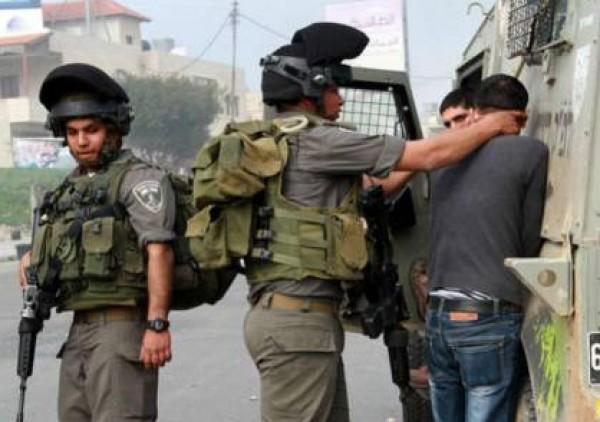 الاحتلال يعتقل فلسطينياً قرب (كريات أربع) بزعم ضبط سكين في سيارته