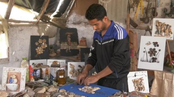 """لأول مرة.. شاب من غزة يُبدع في الرسم بـ """"الزلط"""""""