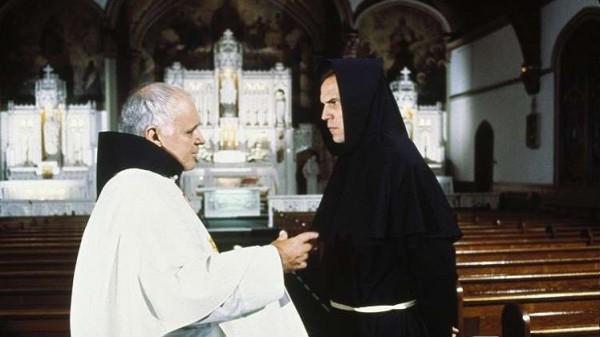 كاردينال كاثوليكي يطرد الأرواح الشريرة عبر الهاتف