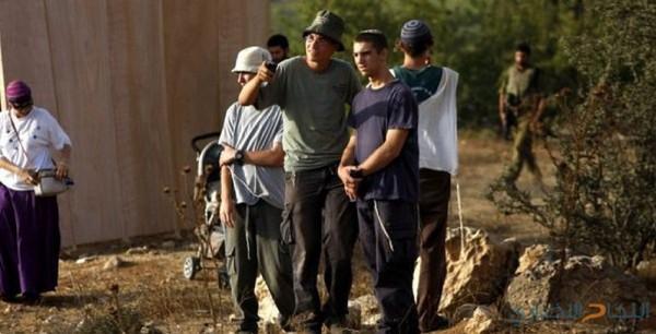 مستوطنون يقتحمون المزرعة الغربية بحماية الجيش