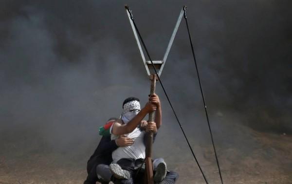 شاهد: شُبان يستخدمون (المقلاع) الفلسطيني شرقي القطاع