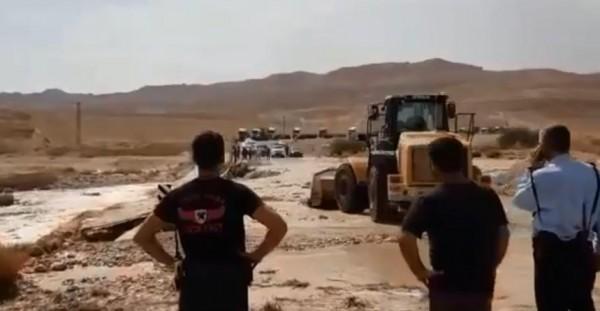 شاهد: مقتل تسعة إسرائيليين وفقدان آخرين بانجراف حافلة في النقب