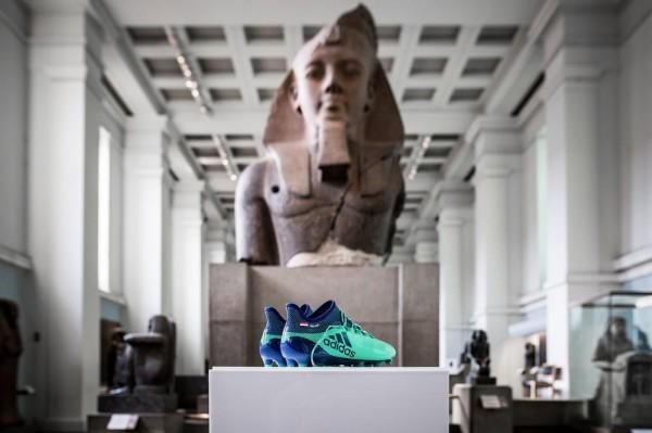 فيديو: حذاء محمد صلاح يُجاور تماثيل الفراعنة في المتحف البريطاني