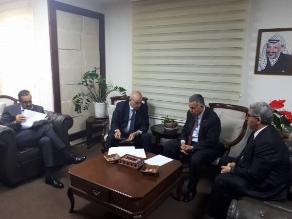 طبيلة والأعرج وملحم يبحثون سبل تنظيم وتطوير قطاع الكهرباء في فلسطين