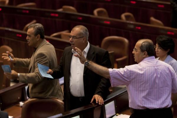 """""""مكانهم السجن"""".. ليبرمان يهدد النواب العرب في الكنيست"""