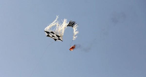 """اشتعال النيران بأراض في مستوطنات """"غلاف غزة"""" بفعل الطائرات الورقية"""