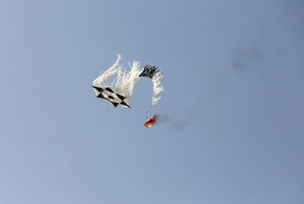 اندلاع نيران في موقع ملكة شرق غزة بفعل طائرة ورقية