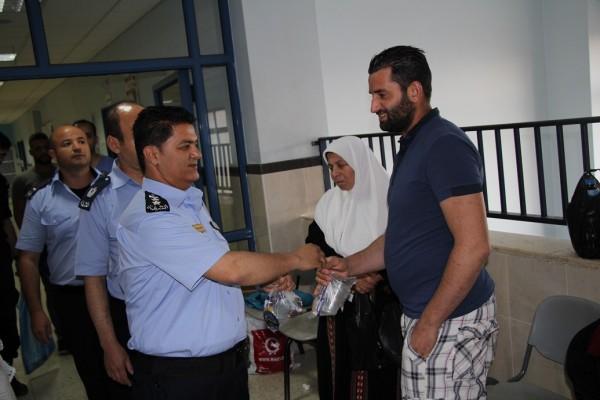 الشرطة توزع المياه والتمور على المواطنين في سلفيت
