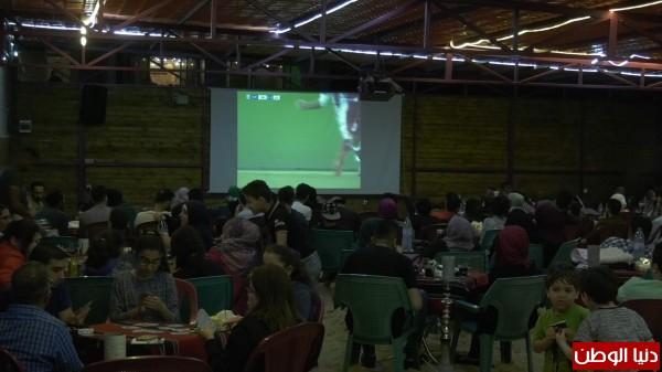 فيديو: مشاهدة المباريات ضمن طقوس ليالي رمضان عند الغزيين