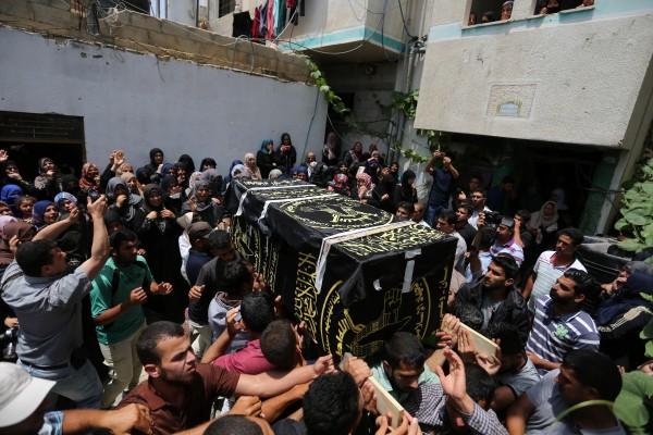 جماهير قطاع غزة تُشيّع جثماني الشهيدين العمور والناقة