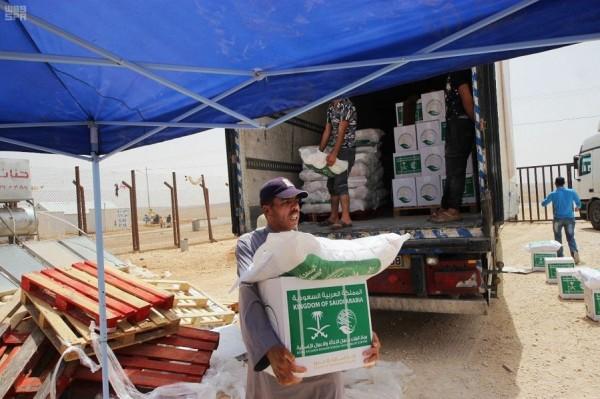 مركز الملك سلمان يواصل توزيع السلات الغذائية على اللاجئين السوريين بمخيم الأزرق
