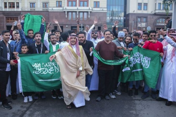 مشجعون سعوديون لإعلامي إسرائيلي: منتخبنا سيُفاجئ روسيا غدًا