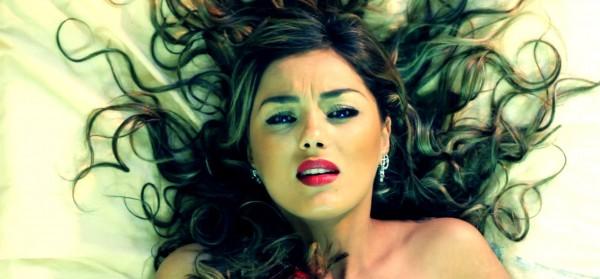 فيديو: ياسمين عماري تتبرأ من لباسها العاري بهذه الطريقة