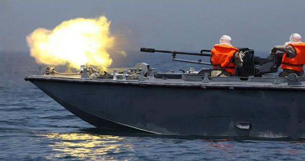 زوارق الاحتلال تُطلق النار وتضخ المياه تجاه مراكب الصيادين ببحر رفح