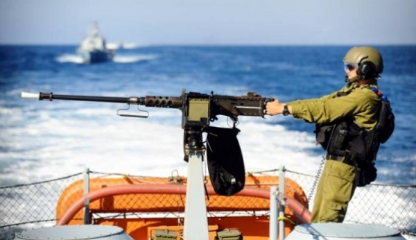 زوارق الاحتلال تُلاحق مراكب صيد فلسطينية في عرض بحر مدينة غزة