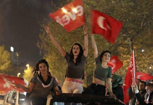 """الانتخابات التركية الغزية.. """" القرعة تتباهى بشعر بنت أختها"""""""