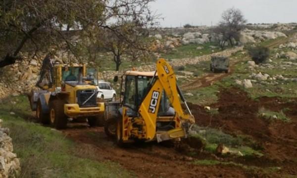 قوات الاحتلال تجرّف مشاتل ومنشآت في حزما شمال شرق القدس