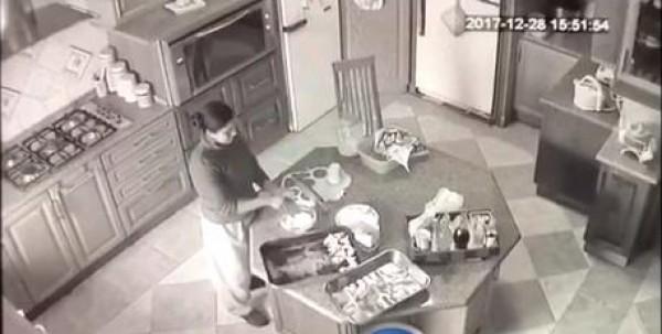 فيديو: كاميرا مراقبة ترصد فعل قبيح لخادمة منزلية وهي تعد الطعام