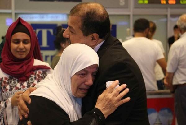 شاهد: بعد فراق 17 عاماً.. مطار اسطنبول يحتضن لقاء مبعد بغزة بوالدته