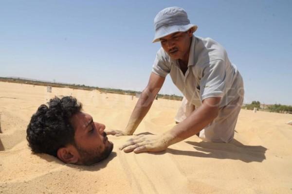 شاهد: واحة سيوة المصرية تُعالج المرضى بالدفن في الرمال