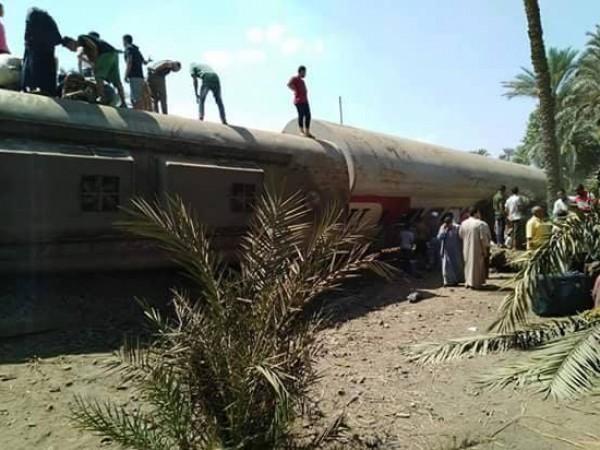 فيديو: إصابة 34 شخصاً بحادث انقلاب ثلاث عربات لقطار بالجيزة